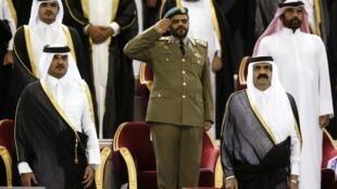 شیخ حمد، سمت راست، و پسرش شیخ تمیم