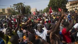 Raia wakiandamana katika mji wa Ouagadougou, Jumatano Oktoba 29 mwaka 2014. dhidi ya marekebisho ya katiba, ambayo yatapelekea Blaise Compaoré kusalia madarakani.
