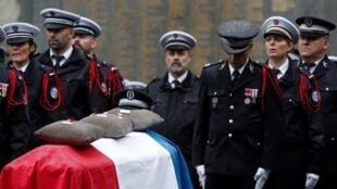 В префектуре полиции Парижа прошла национальная церемония прощания с полицейскими, погибшими в теракте 3 октября