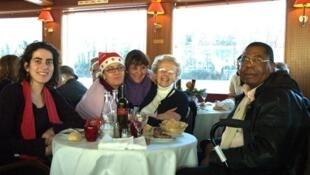 A Associação de caridade Petit Frère des Pauvres, em 25 de dezembro de 2011, reuniu 130 pessoas necessitadas, para o almoço de natal, em um Bateau-Mouche.