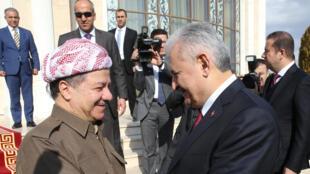 Le président du Kurdistan irakien Massoud Barzani (g) et le Premier ministre turc Binali Yildirim, à Erbil, le 8 janvier 2017.