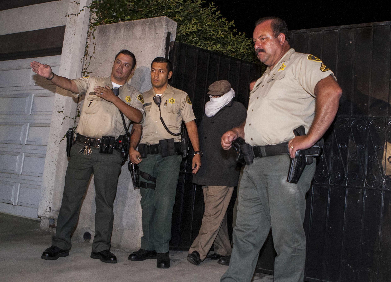 Nakoula Basseley Nakoula, el presunto autor del polémico video, sale de su casa en Cerritos, California escoltado por la policía que lo entrevistaría más tarde