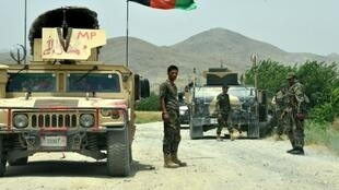 Des soldats de l'armée nationale afghane patrouillent dans le district de Shah Wali Kot, le 23 mai 2017, dans la province de Kandahar où les attaques se multiplient.