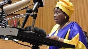 La chef de la Commission de l'UA, Nkosazana Dlamini-Zuma, à la tribune pour parler de la réintégration du Mali au sein de l'institution, Addis-Abeba, le 24 octobre 2012.