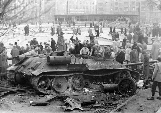 Nổi dậy của người Hungary năm 1956 chống lại ách cai trị Xô Viết. Trong ảnh, xe tăng Liên Xô bị phá hủy.