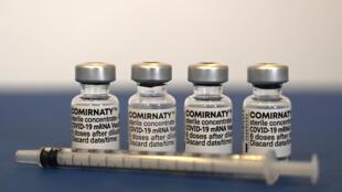 """""""Recibió 0,30 ml, lo que corresponde a la cantidad que se utiliza para cuatro dosis de la vacuna Pfizer-BioNTech"""", indicaron en un comunicado de prensa las autoridades italianas"""