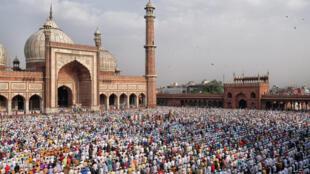 存档图片: Image d'archive: Les musulmans indiens lors des célébrations de l'Aïd el-Fitr, à la Jama Masjid,  dite aussi grande mosquée de Shahjahânabâd ou grande mosquée de Delhi, le 5 juin 2019.