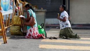 Des catholiques srilankais prient dans une rue, près d'une église touchée par un attentat le jour de Pâques.
