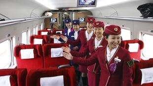 Funcionárias do trem-bala Pequim/Cantão posam para foto promocional.