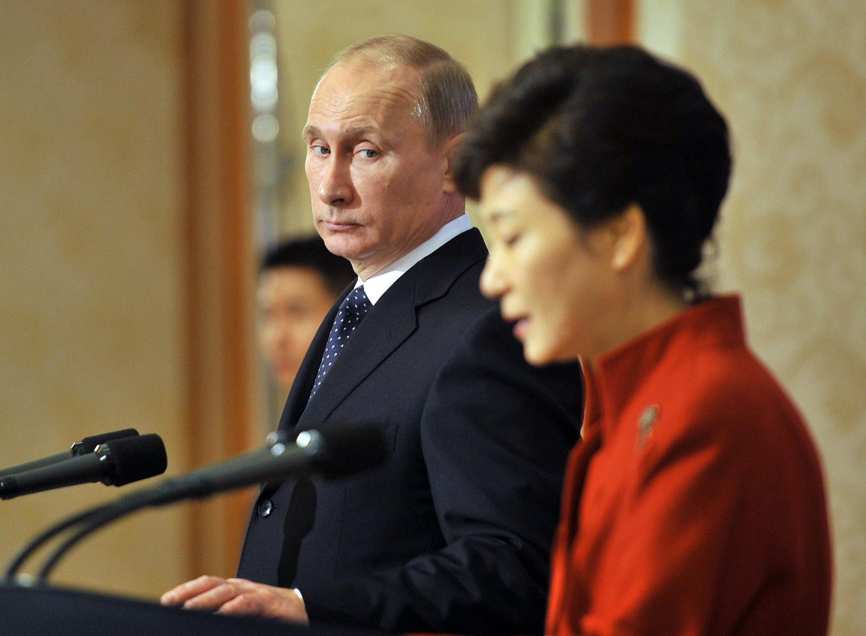 Vladimir Putin with South Korean President Park Geun-hye at the presidential Blue House in Seoul, 13 November, 2013