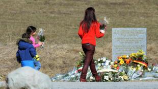 Une stèle a été érigée en hommage aux 150 personnes décédées. A Vernet, commune la plus proche des lieux du drame.