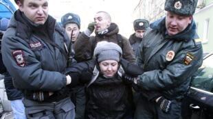 Polícia russa prende ativistas dos direitos dos homossexuais que protestavam contra lei antigay em Moscou.