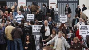 Les familles des victimes après le verdict, le 19 novembre 2009.