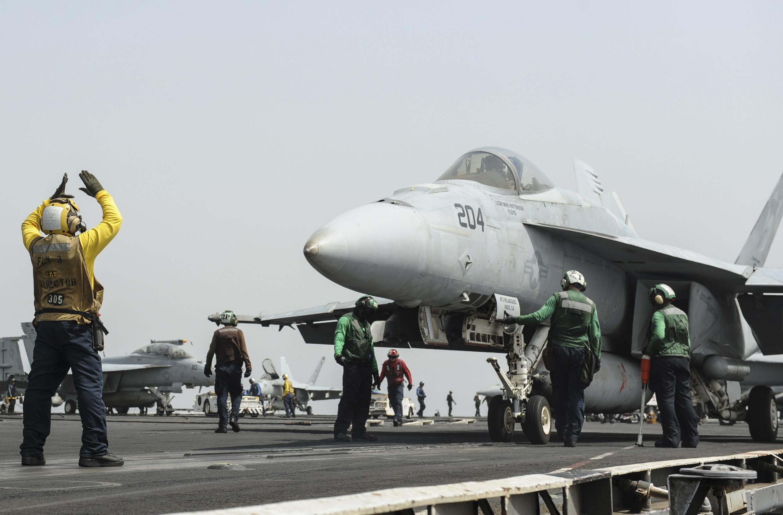 Một chiếc F-18 Super Hornett chuẩn bị cất cánh từ hàng không mẫu hạm Mỹ USS Nimitz tại Biển Đỏ ngày 03/09/2013
