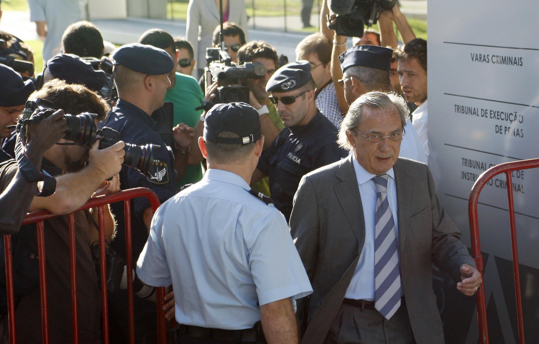 O ex-apresentador de televisão Carlos Cruz chega ao tribunal para o julgamento do caso do orfanato Casa Pia, em Lisboa.