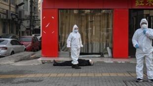 一月底,武汉新冠疫情肆虐,医疗系统崩溃。这是法新社拍摄的一个不幸死于武汉街头的患者尸体。
