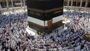 Muçulmanos rezam neste domingo na Grande Mesquita de Meca, na Arábia Saudita.