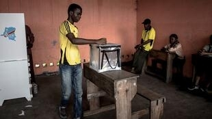 Congolese voter casts his ballot at a polling station in the Victoire district of Kinshasa on 30 December 2018.