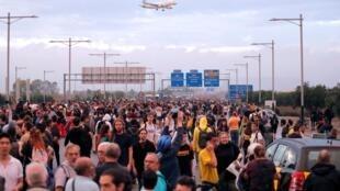 Les manifestants catalans bloquent une route menant à l'aéroport de Barcelone, le 14 octobre 2019.