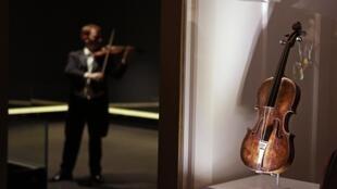 Cây vĩ cầm của nhạc trưởng con tàu Titanic đã được bán với giá  1,45 triệu đô la tại Wiltshire Anh Quốc ngày 19/10/2013.