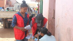 Des membres de la Croix Rouge Malagasy sensibilisent les habitants à la peste dans le quartier de Soavimasoandra, à Antananarivo (photo d'archives).