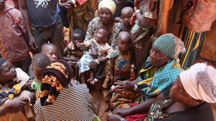 Wakimbizi wa Burundi wakisubiri kuingia katika kambi ya wakimbizi ya Nyarugusu kaskazini mwa Tanzania Juni 11, 2015.