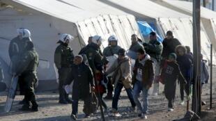 Les migrants ont été embarqués par les forces de l'ordre à bord de cars à destination d'Athènes.