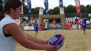 Démonstration de beach rugby à Versailles.