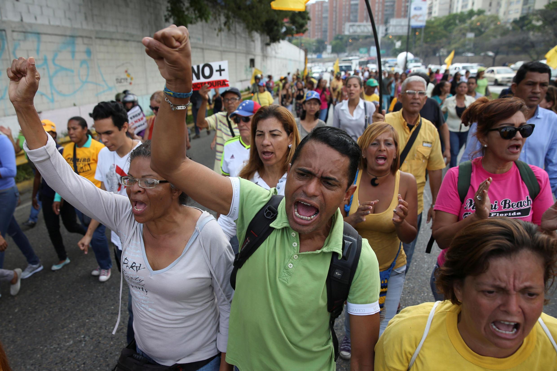 مسدود شدن یک بزرگراه توسط مخالفان دولت ونزوئلا. کاراکاس ٣١ مارس٢٠۱٧