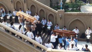 Mazishi ya wahanga wa mashambulizi katika kanisa la Coptic yafanyika mjini Cairo Jumatatu 12 Desemba.