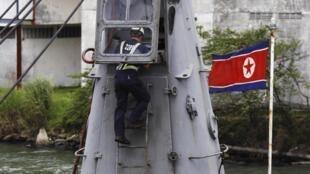 Un trabajador inspecciona el barco norcoreano 'Chong Chon Gang', anclado en el terminal de cargueros en Manzanillo, Colón, el 16 de julio de 2013.