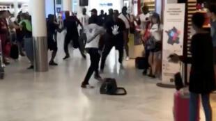 1 августа конфликтующие рэперы Booba и Kaaris устроили драку в парижском аэропорту Орли