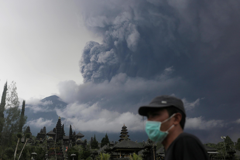 Местные власти начали раздавать населению защитные маски.