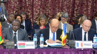 Le ministre burkinabè le ministre de la de la Fonction publique, du Travail, et de la Protection sociale, Clément Pengwendé Sawadogo (g), les ministres français des Affaires étrangères J-Y Le DRian et de l'Intérieur Gérard Collomb, à Niamey (16 mars 2018).