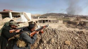 Peshmergas curdas tomam posição nas cercanias da cidade de Sinjar, no Iraque