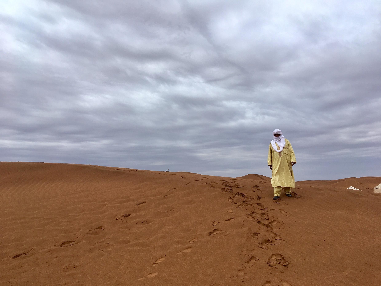 Hasan Ag Touhami, dit «le lion», l'un des chanteurs du mythique groupe Tinariwen sur les dunes de Taragalte.