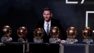 L'Argentin Lionel Messi pose avec ses six trophées du Ballon d'Or (2009, 2010, 2011, 2012, 2015 et 2019).