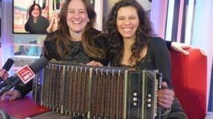 Denise Sciammarella y Cindi Harcha en los estudios de RFI
