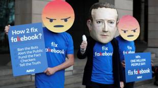 Manifestantes del grupo anti Facebook Avaaz frente a las oficinas de los miembros del Parlamento británico en Londres.