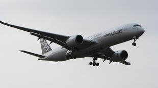 O novo Airbus A350 é mais leve e tem mais espaço interno.