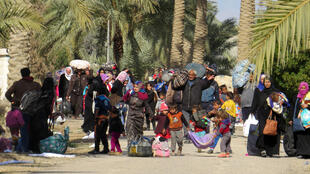 Des civils irakiens fuyant Falloujah, contrôlée par le groupe EI, le 8 février 2016.