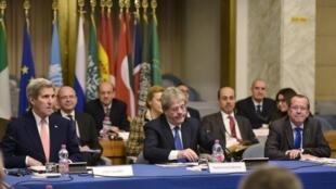 John Kerry, Secretário de Estado dos EUA (esq.), Paolo Gentiloni , Ministro italiano dos Negócios Estrangeiros (C) e Martin Kobler, enviado de ONU durante a conferência internacional no Ministério dos Negócios Estrangeiros em Roma 13 de dezembro de 2015.