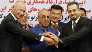 Замглавы Renault Тьерри Боллоре (слева) после подписания соглашения о создании нового совместного предприятия, Тегеран, 8 августа 2017.