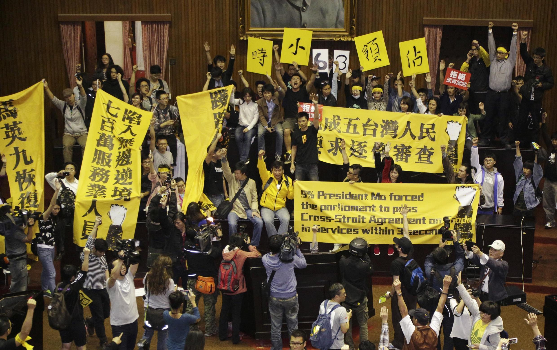 Sinh viên chiếm giữ nhà Quốc hội trương biểu ngữ phản đối hợp tác với Trung Quốc đại lục, ngày 18/3/2014.
