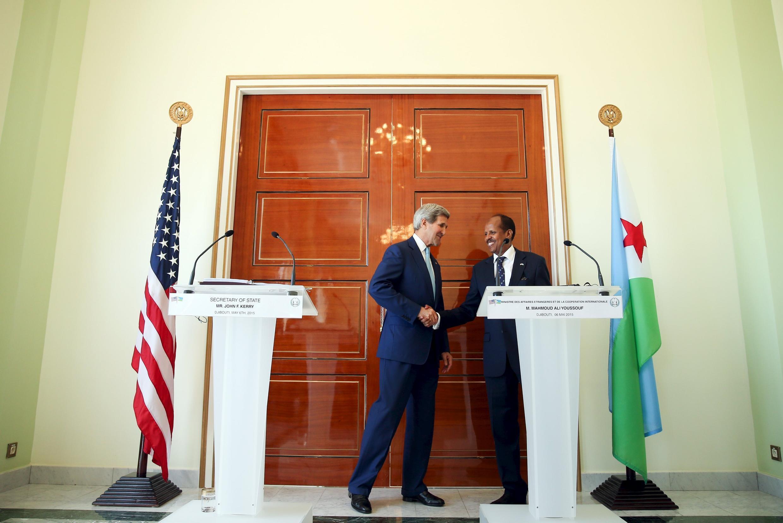 Le chef de la diplomatie américaine John Kerry et le ministre des Affaires étrangères djiboutien le 6 mai 2015.
