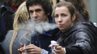 Des étudiants fumeurs à Moscou, le 16 octobre 2012.