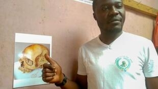 Thierry Lusinga et une photographie du crane du roi Lusinga.