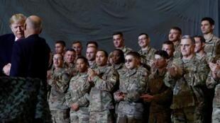 Donald Trump, presidente dos EUA, janta com militares norte-americanos no Afeganistão nesta quinta-feira (28)