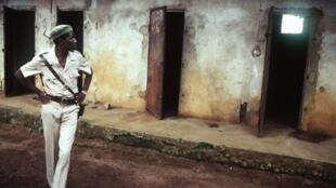 Cellules du Camp Boiro, où des milliers d'opposants politiques ont été emprisonnés sous le régime de Sékou Touré (photo de 1986)