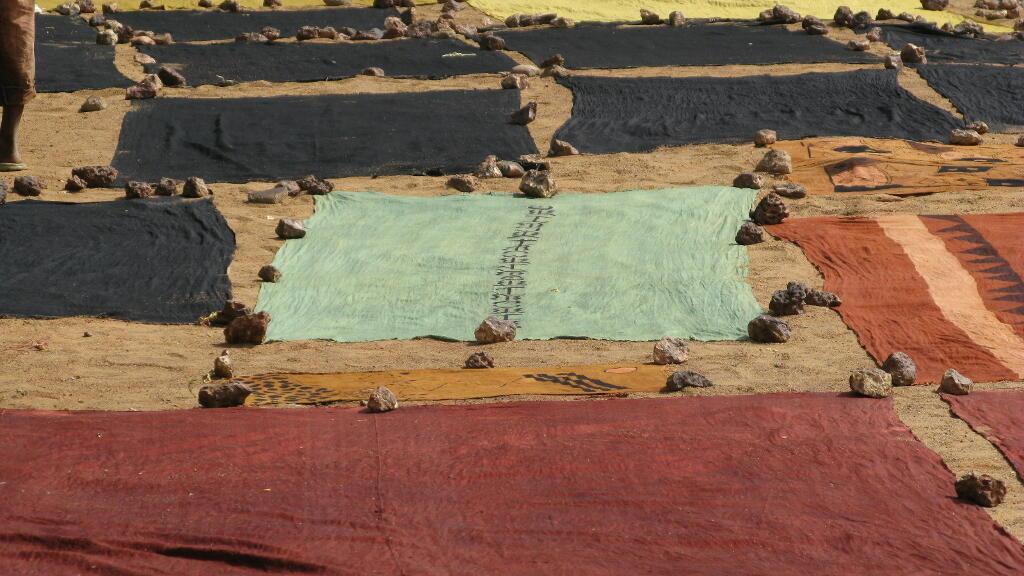 Du bogolan sèche à Ségou au Mali. (Image d'illustration)